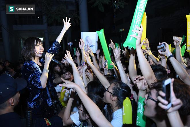 Hòa Minzy khoe vũ đạo nóng bỏng khi diễn tại trường Đại học Xây dựng 12