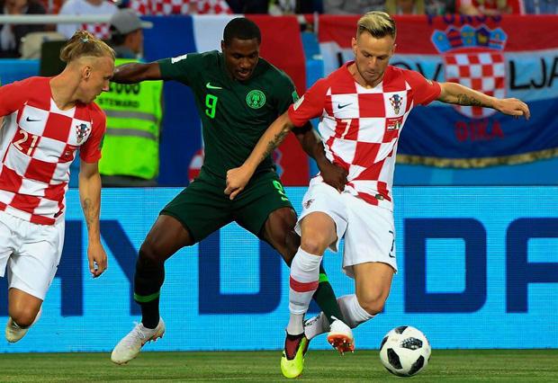 Cởi hết áo quần ném tặng fan, sao Croatia gây choáng ở World Cup 3