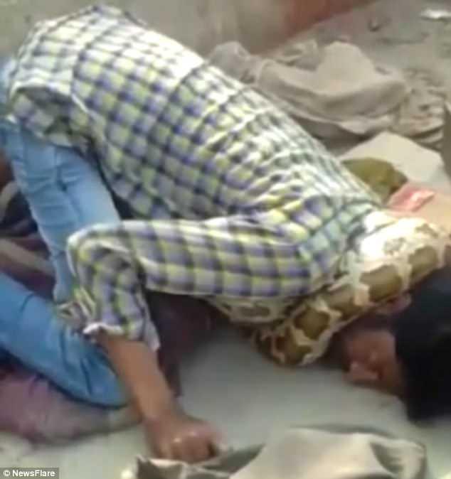 Tạo dáng chụp ảnh với trăn, người đàn ông suýt bị siết cổ đến chết 2