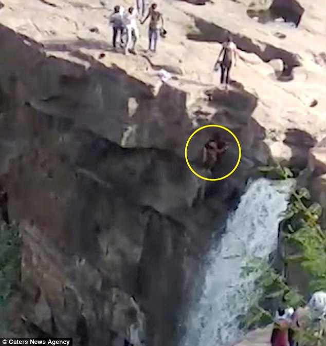 Đứng bên thác nước chụp ảnh, người đàn ông không ngờ mất mạng không lâu sau đó 1