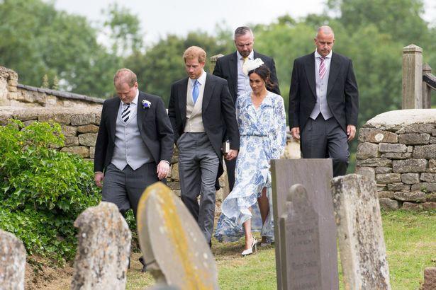 Cái nắm tay tinh tế của Hoàng tử Harry khi vợ ríu chân ghi điểm đẹp trong lòng cư dân mạng Anh quốc 1