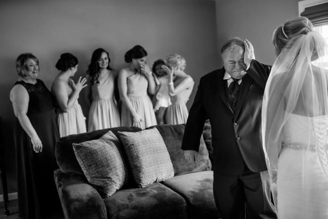Chùm ảnh: Nhìn phản ứng của những người đàn ông này trong ngày con lên xe hoa mới thấy con gái quả thật là báu vật vô giá đối với bố 5