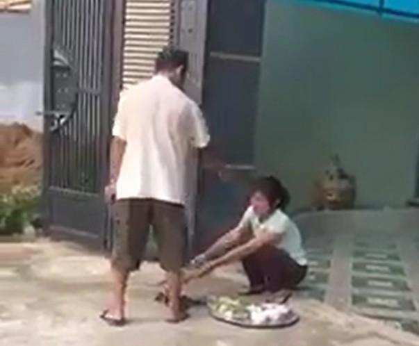 Bố chồng, con dâu lôi nhau ra giữa đường chửi bới vì 900 triệu tiền xây nhà 1