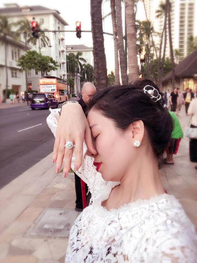 """Hà Hồ bị nghi viết Facebook """"đá xéo"""" khi Lệ Quyên đăng ảnh giơ tay khoe nhẫn kim cương 2"""