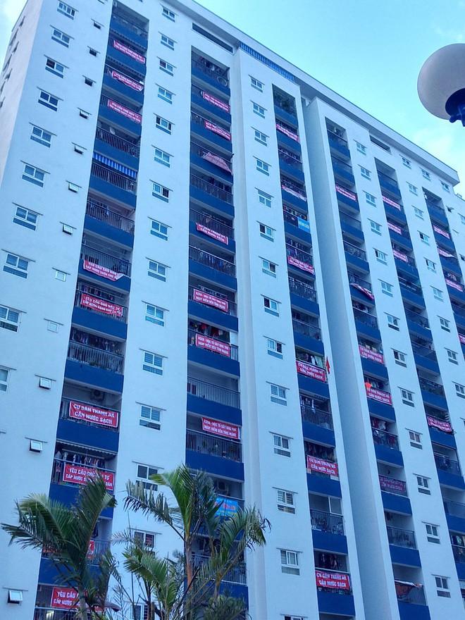 Hà Nội: 9 tòa chung cư tại khu đô thị Thanh Hà treo băng rôn đỏ rực vì hàng nghìn gia đình khốn đốn do nước bẩn 11