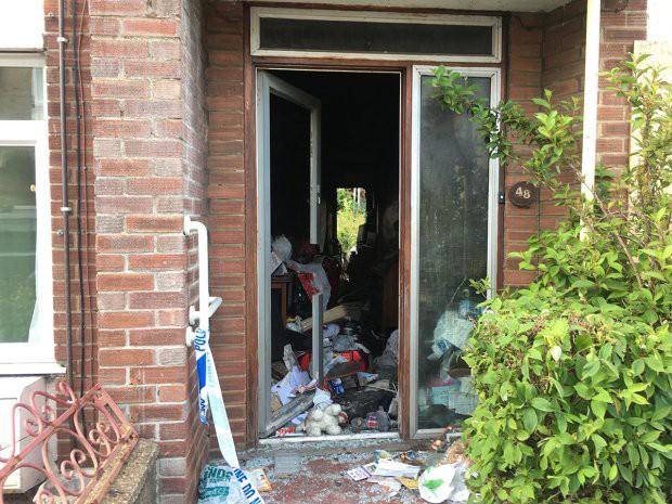 Hai người chết cháy vì… nhà ngập rác 3