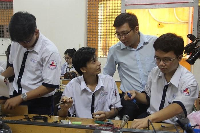 Thầy giáo Sài Gòn hài hước khuyên sĩ tử 12: Tránh xa World Cup, trà sữa, phim bom tấn, bún đậu mắm tôm... để thi tốt 1