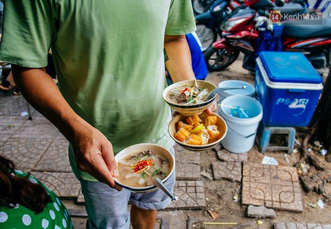 Quán cháo 'hào sảng' giá 5.000 đồng/ tô của cô Tư Sài Gòn: Nhà Tư không nợ nần gì, bán vầy là sống thoải mái rồi! 5