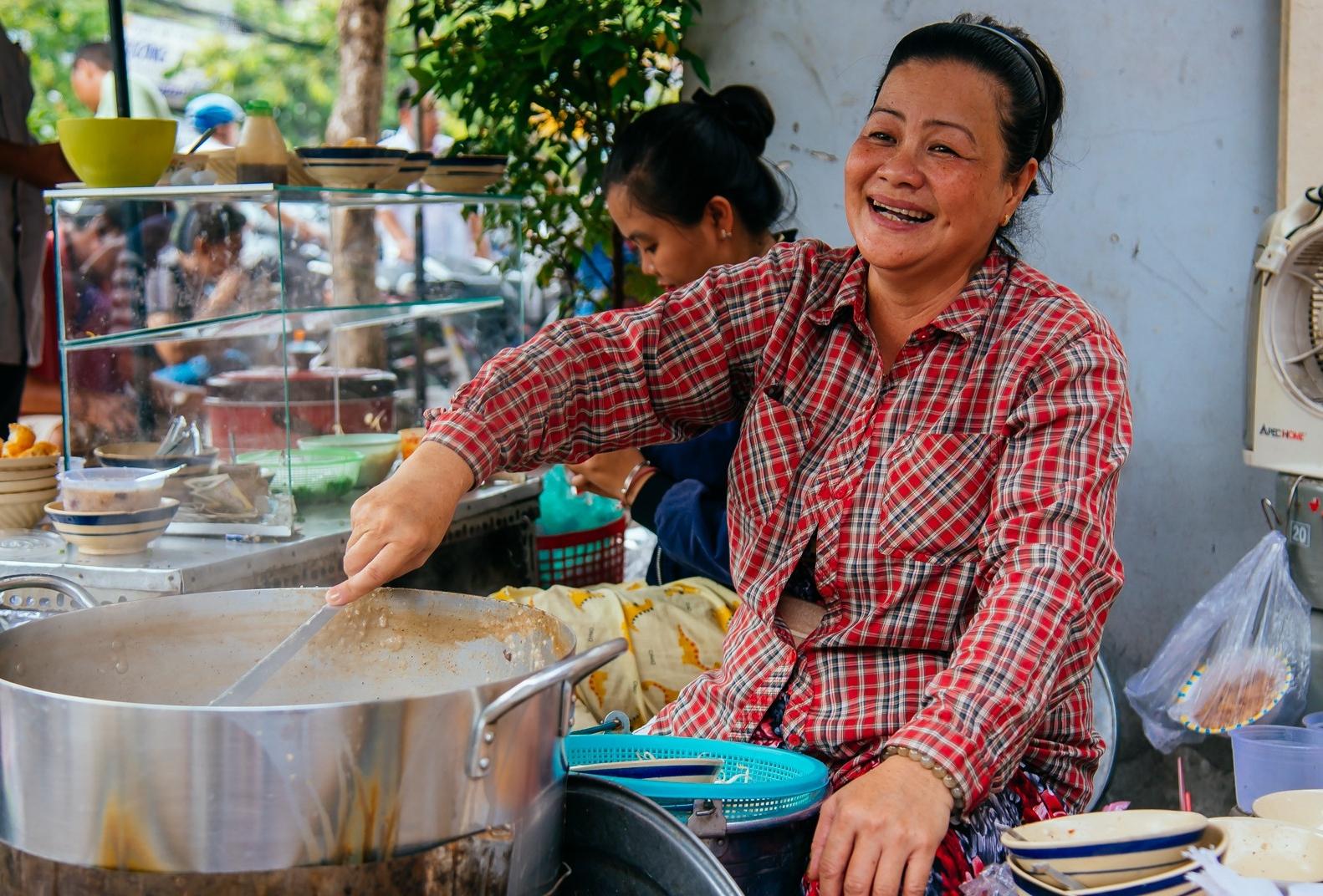 Quán cháo 'hào sảng' giá 5.000 đồng/ tô của cô Tư Sài Gòn: Nhà Tư không nợ nần gì, bán vầy là sống thoải mái rồi! 10
