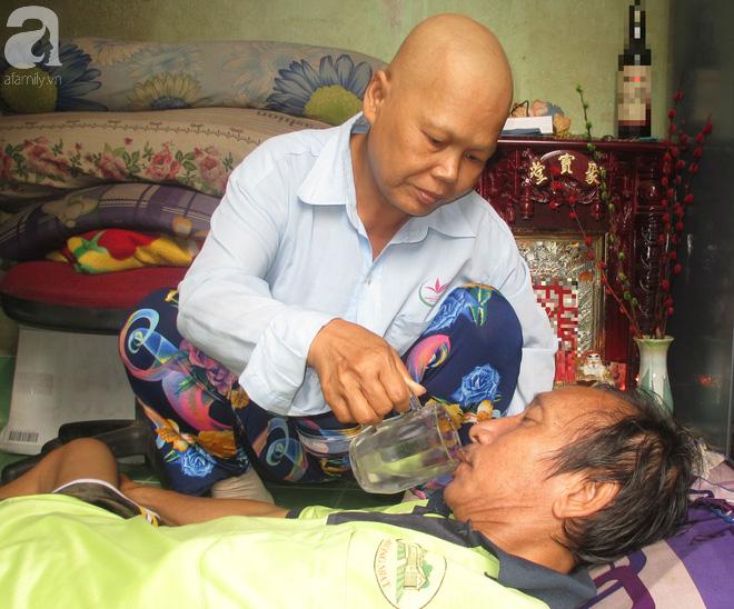 Chuyện cảm động về người vợ ung thư rụng hết tóc, ước mong ngày cuối đời có một bữa no cùng chồng bại liệt 1