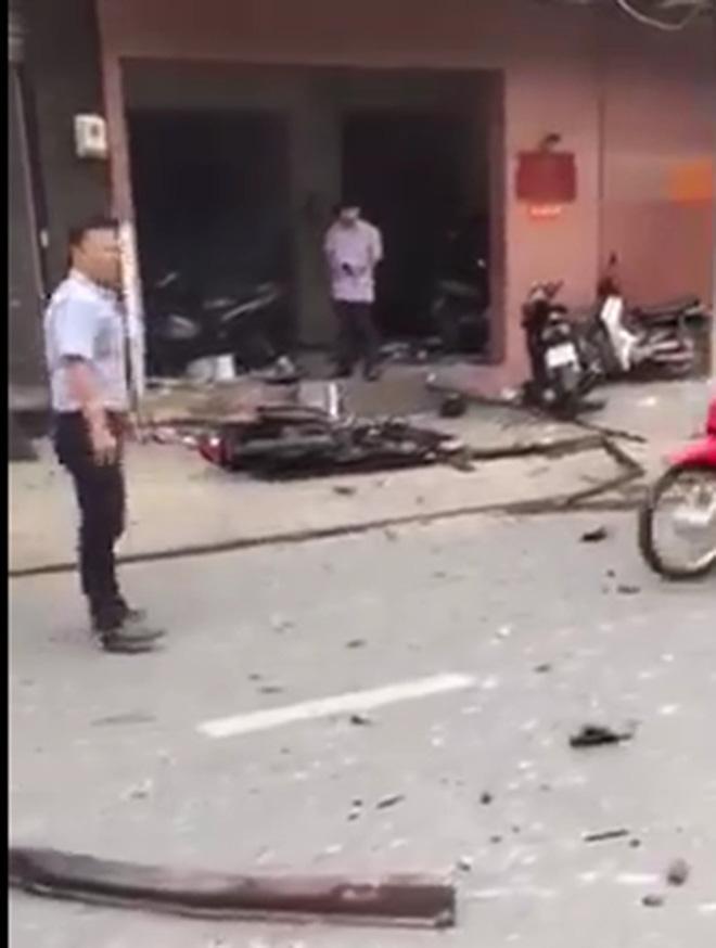 Hình ảnh 2 kẻ che kín mặt, ngồi trên xe máy nghi ném vật nổ vào trụ sở công an 1