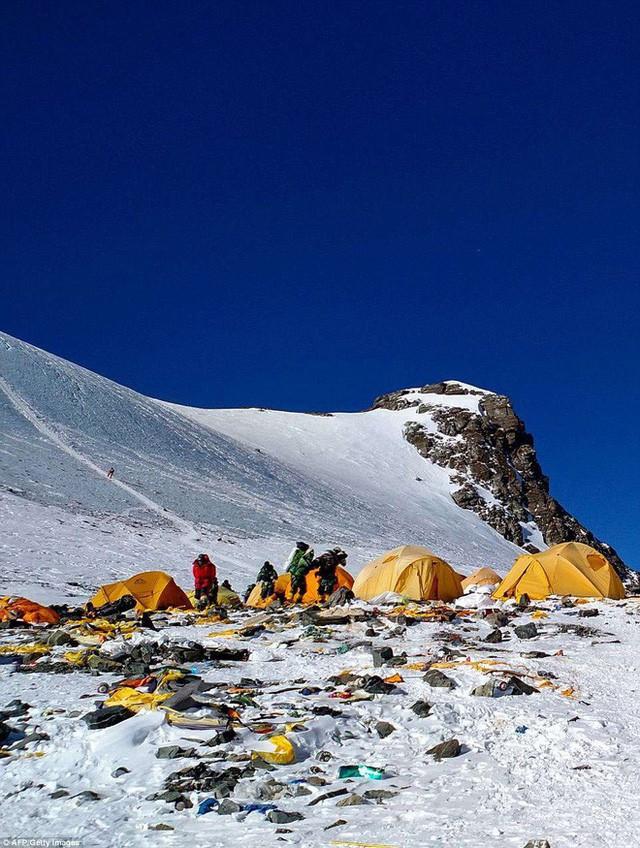 Những hình ảnh gây shock: Đỉnh Everest danh giá giờ đã trở thành bãi rác cao nhất thế giới 4
