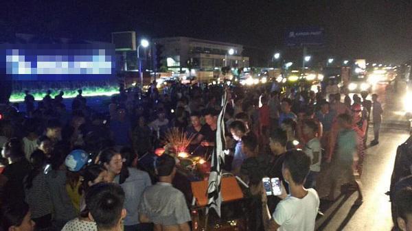 Vụ 2 nữ sinh tử vong ở Hưng Yên: Người thân mang quan tài đến trụ sở công an 1