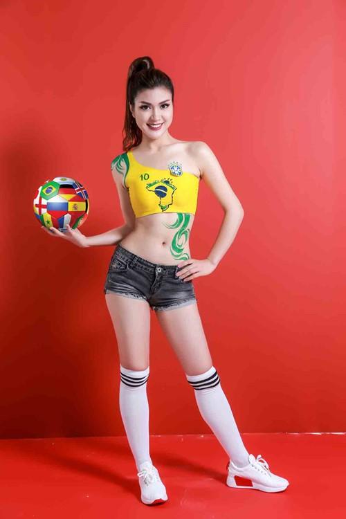 Cận cảnh vẻ nóng bỏng của MC mặc bikini dẫn World Cup gây xôn xao 3