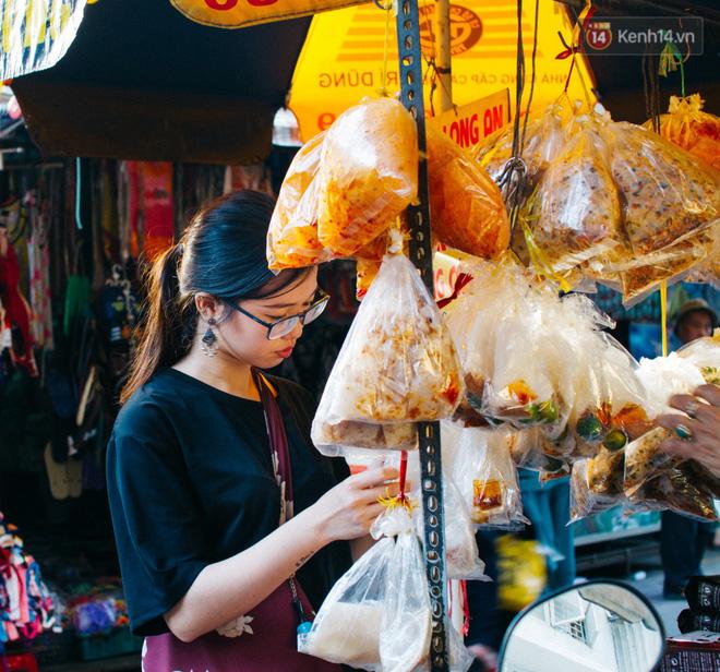 Chùm ảnh: Ở Sài Gòn, có một khu chợ mang tên Campuchia nằm trong hẻm nhỏ nhưng 'hội tụ' đủ hàng ăn thức uống các vùng miền 14