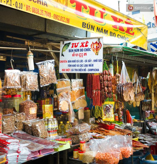 Chùm ảnh: Ở Sài Gòn, có một khu chợ mang tên Campuchia nằm trong hẻm nhỏ nhưng 'hội tụ' đủ hàng ăn thức uống các vùng miền 1