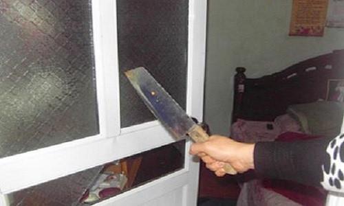 Chồng cầm dao chém vợ đến tử vong trước mặt các em 1