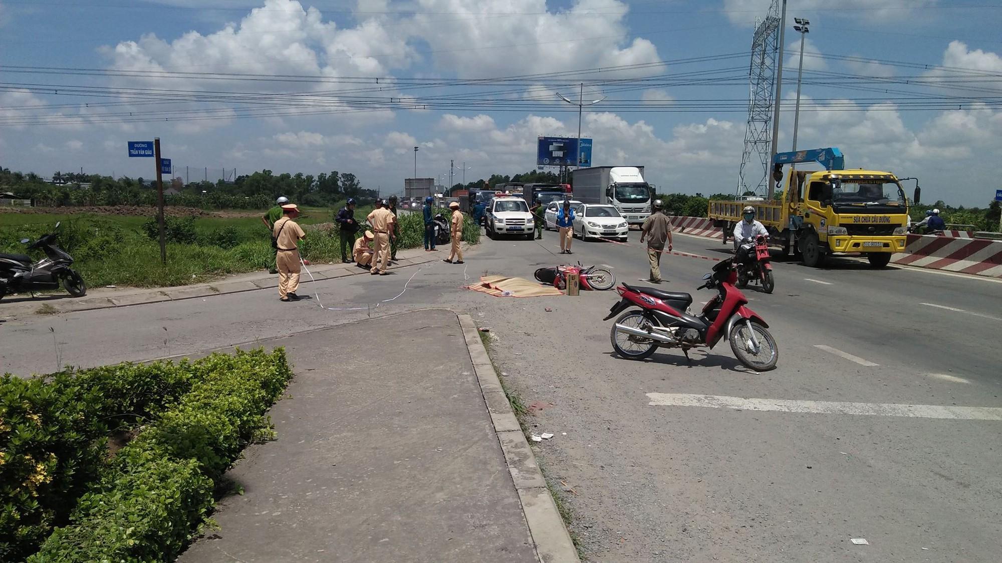 Đi khám bệnh về nhà, mẹ tử vong, con trai 4 tuổi nguy kịch sau va chạm với xe tải ở Sài Gòn 1