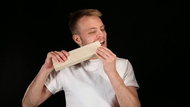 Thanh niên đẽo nguyên cái ghế gỗ chỉ bằng răng và móng tay 1