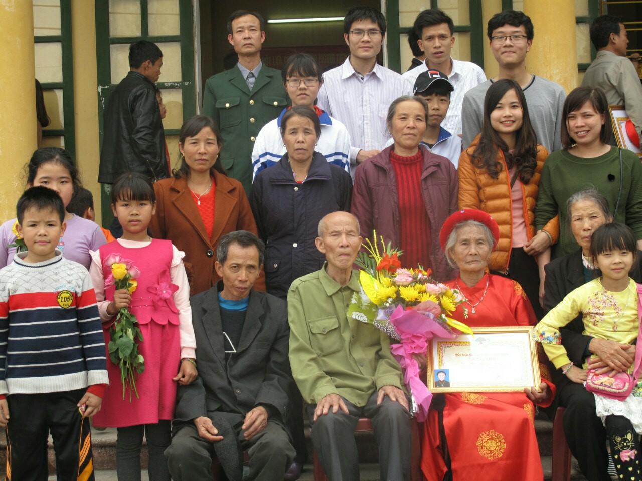 3 thế hệ xuất hiện trong lễ tốt nghiệp của chàng trai từng đạp xe 1000km báo tin cho bố đã mất mình đỗ đại học 4