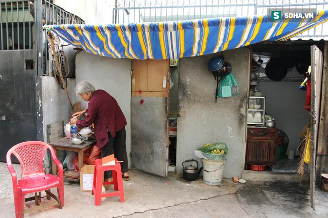 Cụ già bán chuối chiên nuôi chồng bại liệt ở Sài Gòn: 'Có ít tiền thì sống theo cách của người ít tiền' 1