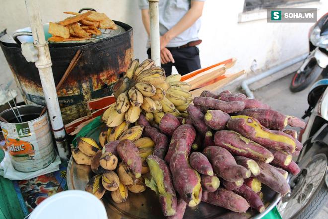 Cụ già bán chuối chiên nuôi chồng bại liệt ở Sài Gòn: 'Có ít tiền thì sống theo cách của người ít tiền' 9