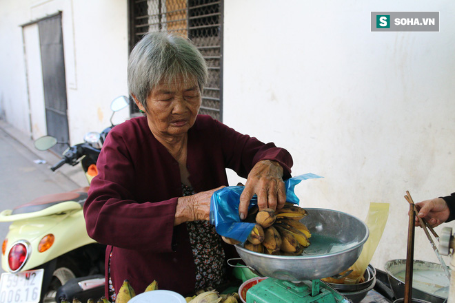 Cụ già bán chuối chiên nuôi chồng bại liệt ở Sài Gòn: 'Có ít tiền thì sống theo cách của người ít tiền' 8