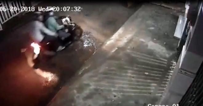 Nhóm thanh niên mặc áo Grabbike đột nhập dãy nhà trọ trộm xe Exciter 1