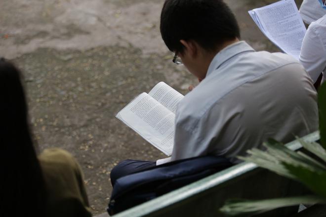 Nữ sinh bị teo chân ở Sài Gòn hi vọng 8 điểm môn Văn, thí sinh CSCĐ được chép bài hộ 10