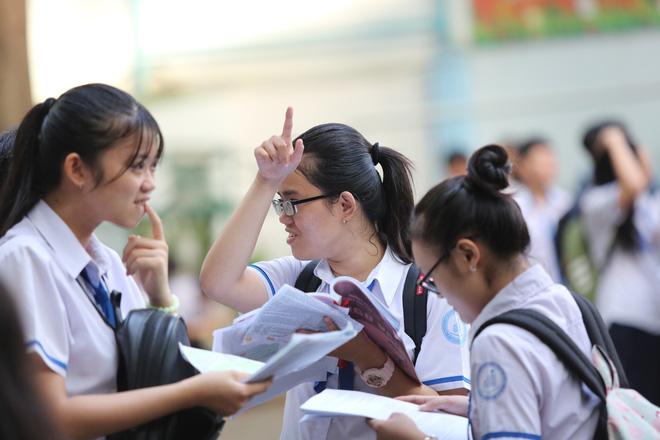Nữ sinh bị teo chân ở Sài Gòn hi vọng 8 điểm môn Văn, thí sinh CSCĐ được chép bài hộ 8