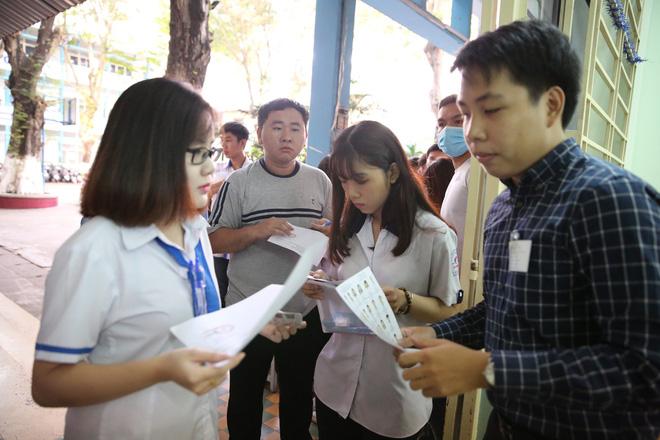 Nữ sinh bị teo chân ở Sài Gòn hi vọng 8 điểm môn Văn, thí sinh CSCĐ được chép bài hộ 11