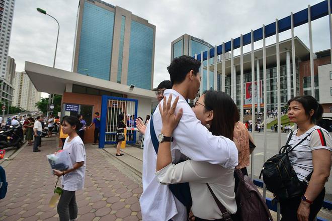 Thí sinh của gần 40.000 phòng thi bước vào làm bài môn Ngữ văn THPT Quốc gia 2018 9