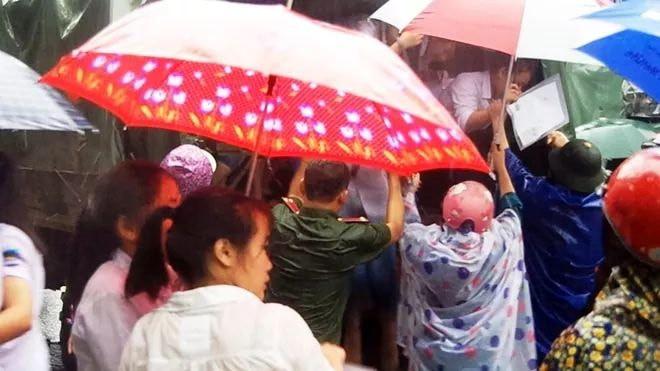 Hà Giang: Do mưa lũ lớn, lực lượng chức năng được huy động toàn lực để giúp thí sinh tới điểm thi THPT an toàn 1