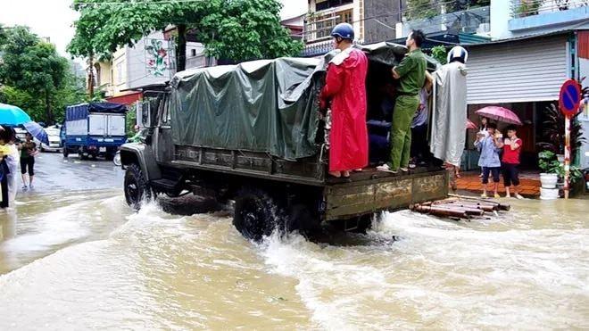 Hà Giang: Do mưa lũ lớn, lực lượng chức năng được huy động toàn lực để giúp thí sinh tới điểm thi THPT an toàn 3