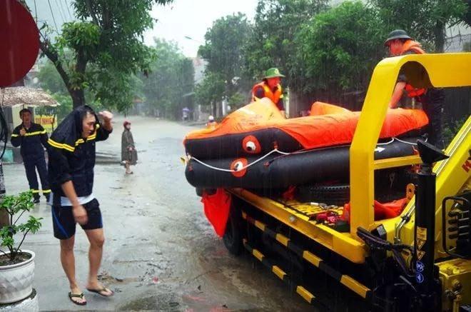 Hà Giang: Do mưa lũ lớn, lực lượng chức năng được huy động toàn lực để giúp thí sinh tới điểm thi THPT an toàn 6