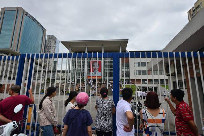 Thí sinh của gần 40.000 phòng thi bước vào làm bài môn Ngữ văn THPT Quốc gia 2018 14
