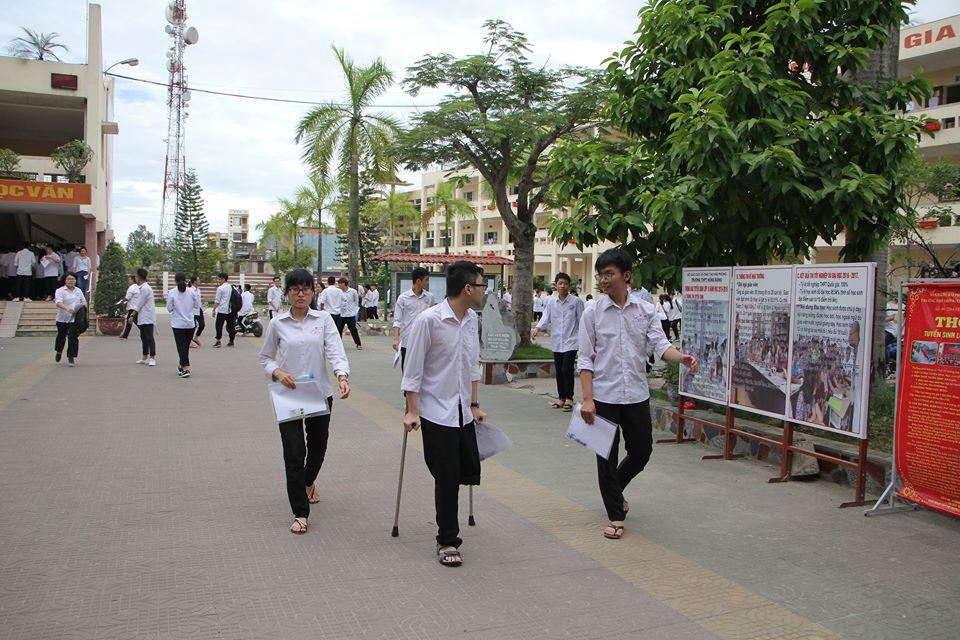 Nam sinh bị ung thư xương chống nạng tham dự kỳ thi THPT Quốc gia 1