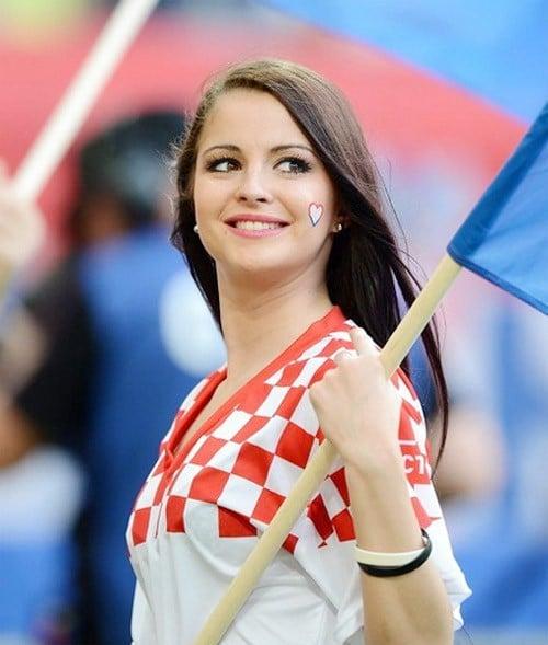 MXH tràn ngập hình ảnh của những nữ cổ động viên xinh đẹp trên khắp khán đài World Cup 2
