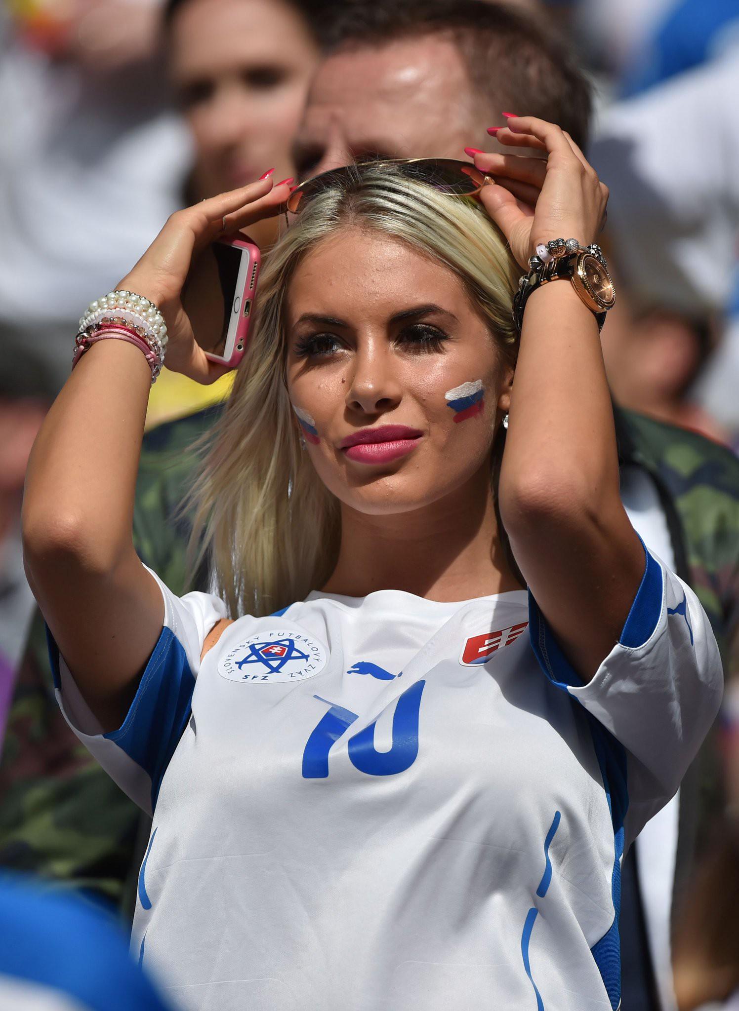 MXH tràn ngập hình ảnh của những nữ cổ động viên xinh đẹp trên khắp khán đài World Cup 4