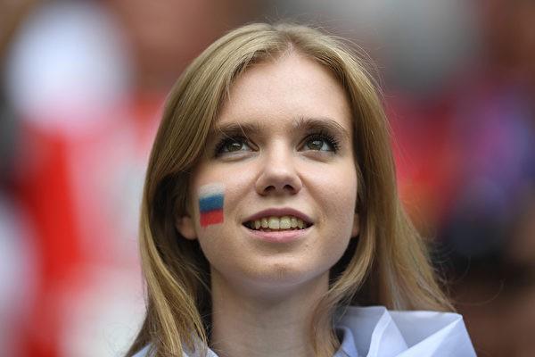 MXH tràn ngập hình ảnh của những nữ cổ động viên xinh đẹp trên khắp khán đài World Cup 17