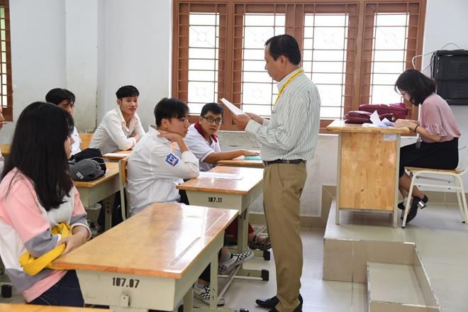 Thí sinh của gần 40.000 phòng thi bước vào làm bài môn Ngữ văn THPT Quốc gia 2018 2