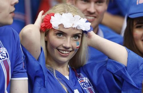 MXH tràn ngập hình ảnh của những nữ cổ động viên xinh đẹp trên khắp khán đài World Cup 13
