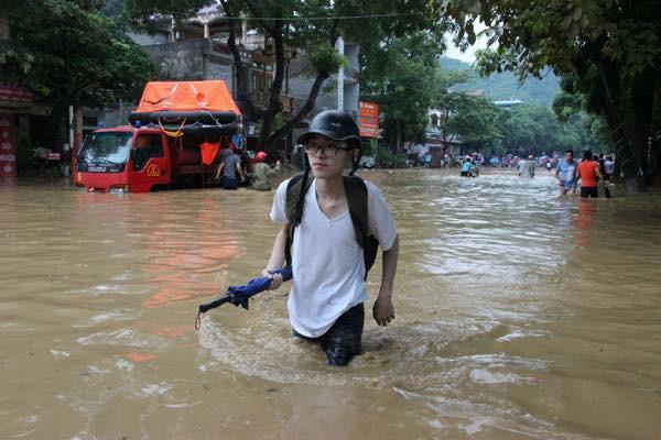 Chùm ảnh: Các sĩ tử vùng cao vượt mưa lũ đi thi THPT Quốc Gia 2018 1