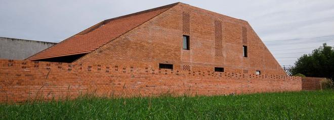 Nhìn bên ngoài như lò gạch, nhưng bên trong ngôi nhà ở Long An này lại khiến bạn phải trầm trồ không ngớt - Ảnh 1.