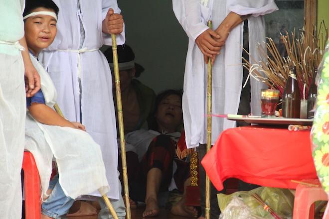 Điện giật 7 người cùng họ hàng thương vong: Đại tang xóm nghèo, 'mẹ già con nhỏ sống sao đây'! 4