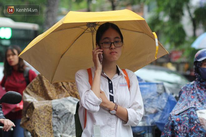 Kỳ thi THPT quốc gia khép lại trong cơn mưa lớn, phụ huynh Hà Nội vất vả chờ đón con 11