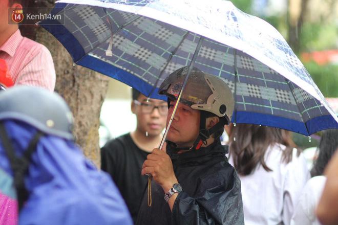 Kỳ thi THPT quốc gia khép lại trong cơn mưa lớn, phụ huynh Hà Nội vất vả chờ đón con 12