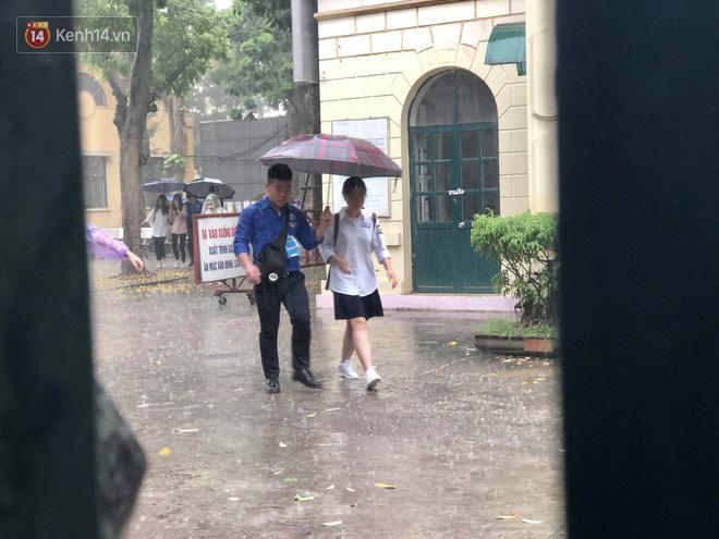 Kỳ thi THPT quốc gia khép lại trong cơn mưa lớn, phụ huynh Hà Nội vất vả chờ đón con 7