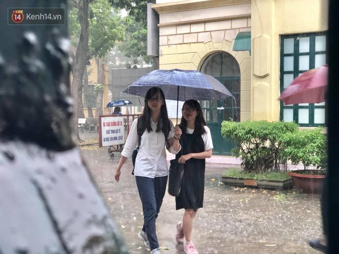 Kỳ thi THPT quốc gia khép lại trong cơn mưa lớn, phụ huynh Hà Nội vất vả chờ đón con 8