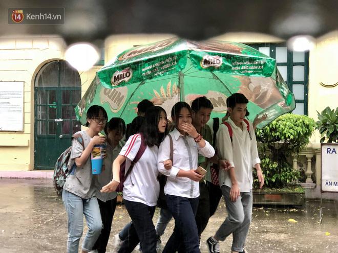 Kỳ thi THPT quốc gia khép lại trong cơn mưa lớn, phụ huynh Hà Nội vất vả chờ đón con 17
